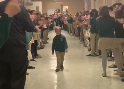 童罹癌康復返校 同學列隊歡迎