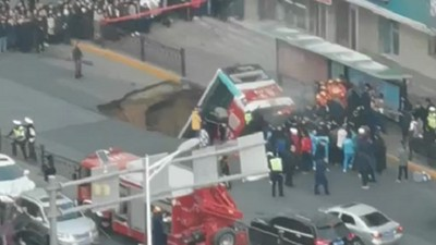6死15傷!青海西寧路面塌陷公交車陷大坑
