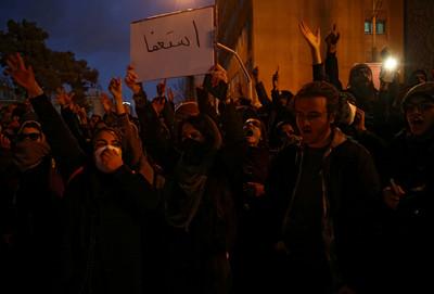 伊朗示威者逼哈米尼下台 目擊者:警察開槍了