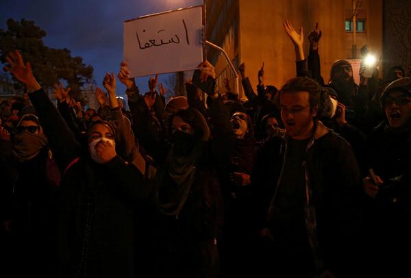 伊朗示威者逼哈米尼下台拒散場 目擊者沿街喊叫「警察實彈轟我們!」