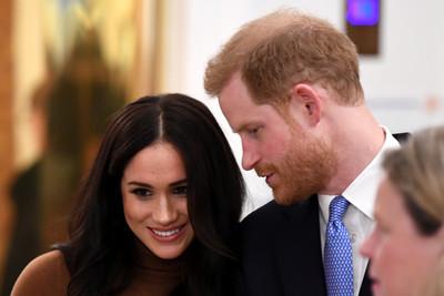 還原2hrs王室會議 哈利被父警告