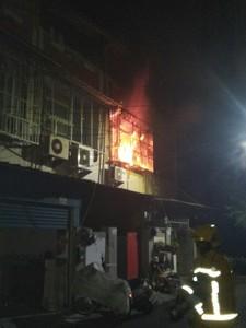 嘉義大林火警老夫妻受困 警消用棉被包裹救出