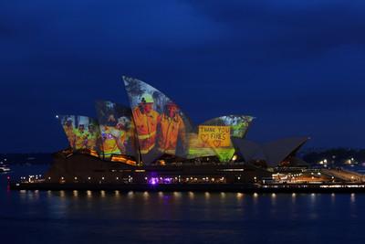 雪梨歌劇院投影致敬消防員