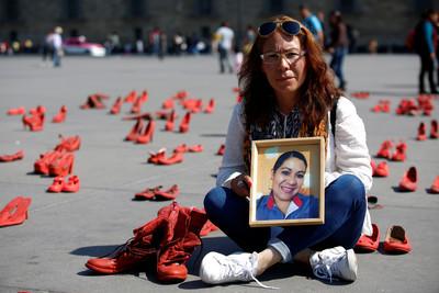 墨西哥市中心放滿數百雙「紅鞋子」
