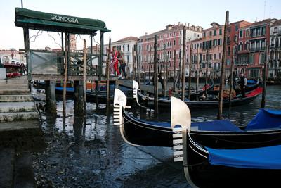 威尼斯運河乾涸「貢多拉船」擱淺