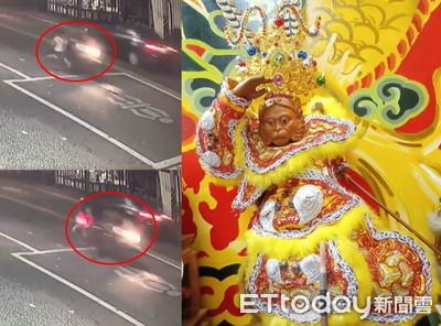 白點衝出!小孩翻圈險撞車 大聖爺救命影片曝