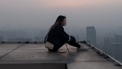 憂鬱女輕生前逗留頂樓四小時 警曝驗屍後疑點:脖子指印誰掐的?