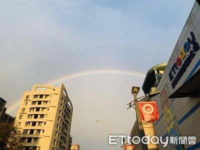 快抬頭看天空!台北出現超完整彩虹