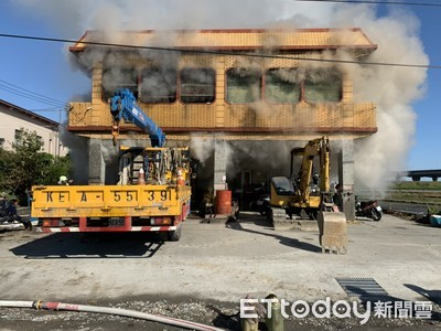 宜蘭連棟民宅1、2樓失火 濃煙竄出