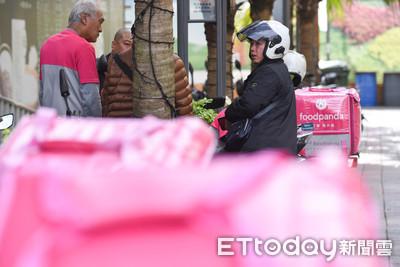 熊貓勞資再戰!160名外送員上街抗爭