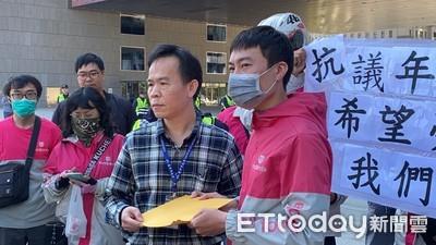 控年前毀約 60名熊貓外送員台中市府前抗爭