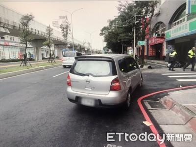 雙載機車與右轉車相撞 無照2少噴飛!