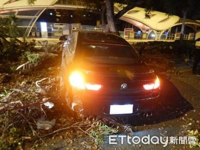 BMW撞分隔島 車頭爆毀全爛