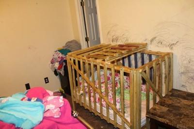 美家庭連手虐童 5孩童遭囚禁木籠