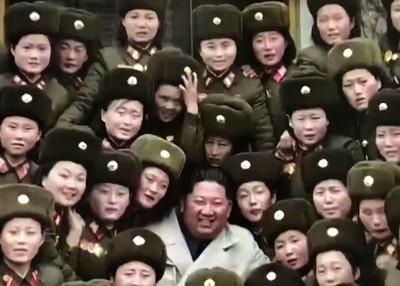 金正恩視察女兵連 女戰士搶合照