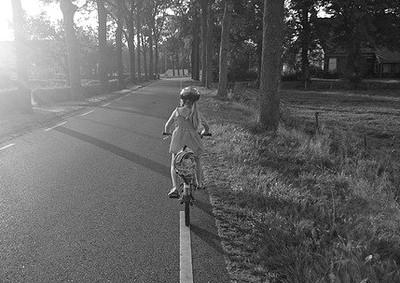 安全帽被勾住 4歲童爬樹滑倒遭勒斃