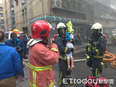 土城公寓大火多人受困!消防員霸氣架梯拉出2男童