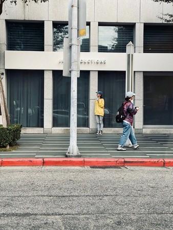 ▲女粉朝聖林俊傑公司,下秒被本尊「反向打卡」。(圖/翻攝自微博)