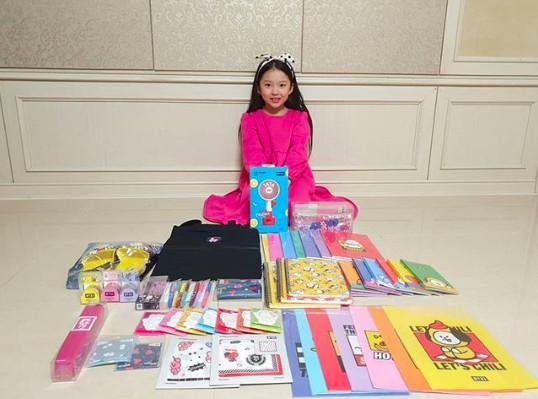 ▲Jimin送禮物給小童星。(圖/翻攝自推特)