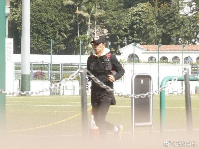 ▲任達華被目擊到在公園健身,似是為了復出做準備。(圖/翻攝微博/新浪娛樂)