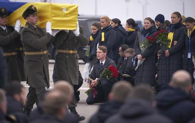 烏航11烏籍罹難者遺體運回 家屬淚崩