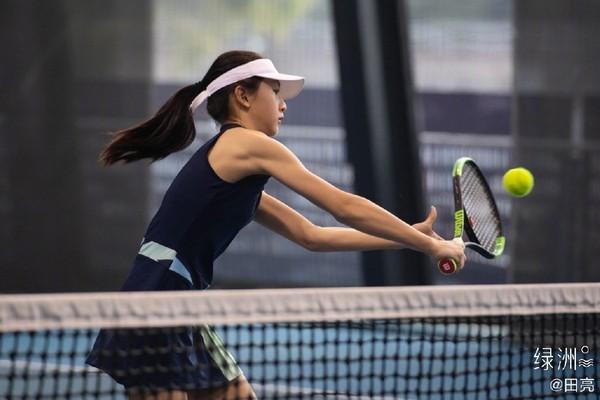▲▼11歲森碟上網球課,揮拍手臂線條超帥氣。(圖/翻攝自微博/田亮)