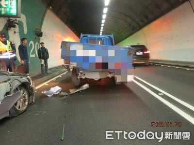 小貨車雪隧變換車道 後車追撞