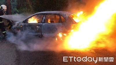 即/台中轎車起火燒成廢鐵 1民眾車廂內亡