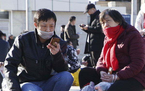 ▲▼武漢行冠狀病毒疫情擴散,北京民眾戴口罩預防。(圖/達志影像/美聯社)