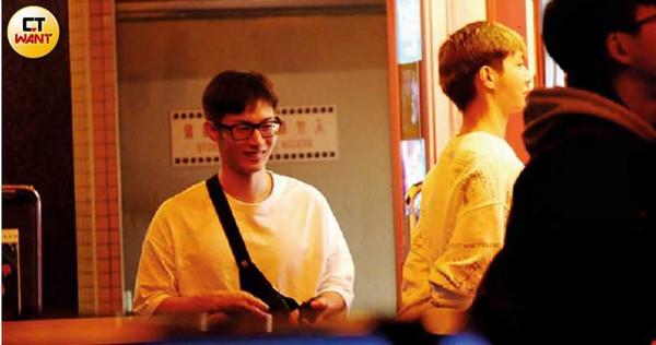 炎亞綸看著一名男性友人在自助KTV唱歌,阿本則在一旁等候拍照,隨後一群人去看電影。(圖/本刊攝影組)
