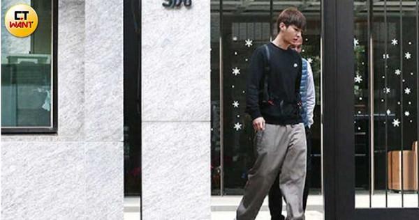 炎亞綸與助理一同出門,準備前往台南演出。(圖/本刊攝影組)