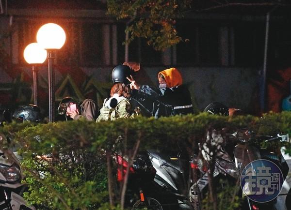 ▲2019/11/19 22:13 瑋哥(左)和星諠出現在夜晚的西門町街頭,女方穿著一身粉紅色洋裝,相當醒目。(圖/鏡週刊)
