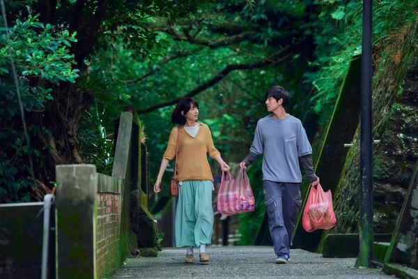 謝博安(右)與柯佳嬿(左)在電影《你的情歌》中有段單純的愛戀。(甲上提供)