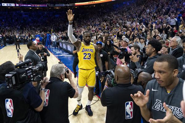 BBC報導Kobe身亡竟誤用詹皇畫面 網怒轟丟臉:球衣背後有寫名字