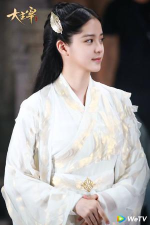▲▼ 歐陽娜娜、王源首次主演古裝電視劇,歐陽娜娜在《大主宰》飾演傾國傾城的洛神族女皇洛璃。(圖/WeTV提供)