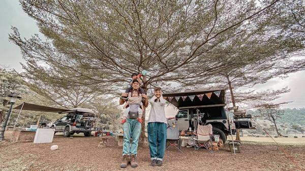 ▲竇智孔(左)幫小兒子大仁辦抓周,與老婆幃幃一家四口幸福。(圖/故事工廠提供)