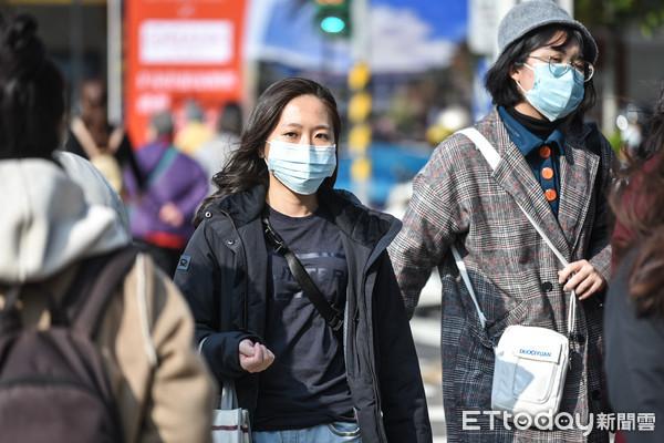 ▲武漢肺炎日趨嚴重,台北市民於寒流來襲戴口罩防範。(圖/記者林敬旻攝)