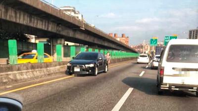 國道一號碰撞大貨車 黑轎車當場旋轉方向
