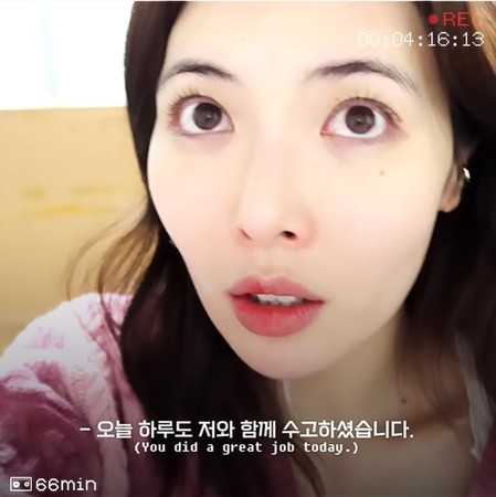 ▲泫雅卸妝。(圖/翻攝自YouTube/HyunA)
