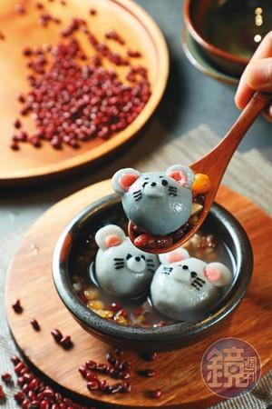 「老鼠湯圓」灰色外皮是用竹炭調成,內餡則是芝麻,好看又好吃。