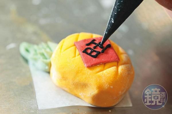 糯米麵糰加水調稀裝進擠花袋,就能做出寫字等細緻裝飾。