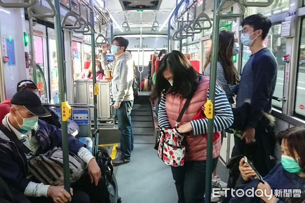▲武漢肺炎日趨嚴重,台北市民於寒流來襲戴口罩搭公車。(圖/記者林敬旻攝)