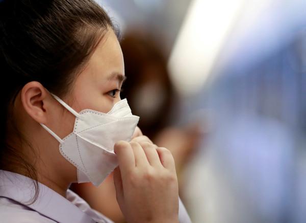 英第9例確診中國女「下機搭Uber就醫」 專家憂心:將爆發4000萬人感染!
