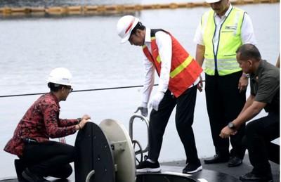 佐科威巡視印尼首艘自製潛艦「阿魯格羅號」
