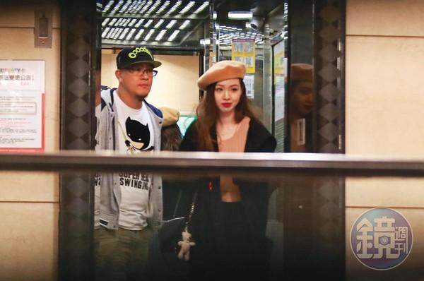 2019/11/28 03:49 蔣智賢(左)和戴著畫家帽的雪乳辣妹搭電梯下樓。