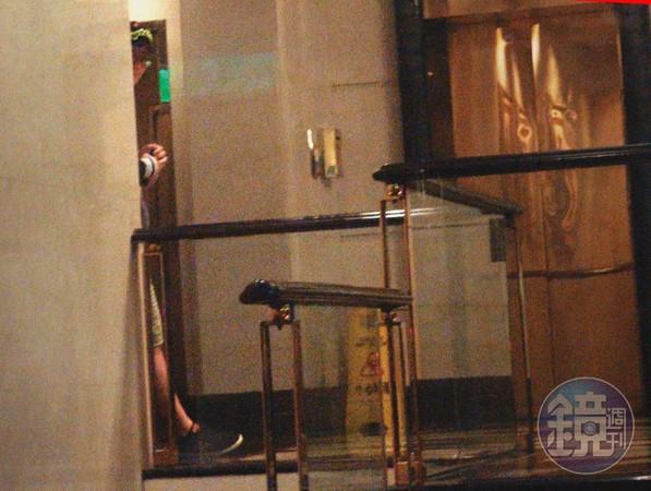 2019/11/28 蔣智賢躲在樓梯間,偷偷伸出頭偷看狗仔的鏡頭,以為躲在死角沒被發現,殊不知全程都被本刊紀錄。