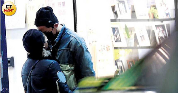 ▲▼熊熊防疫罩吻李唯楓,大街襲胸摸肌肌。(圖/CTWANT)