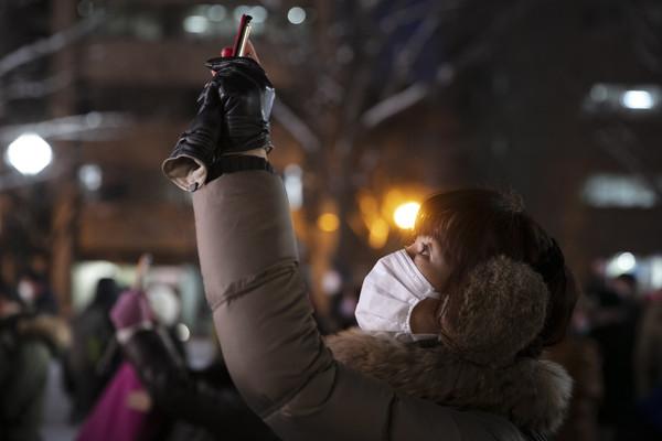 ▲▼日本北海道,2020札幌雪祭,民眾戴著口罩外出欣賞。武漢肺炎(圖/達志影像/美聯社)