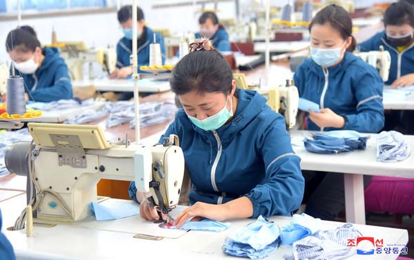 ▲▼北韓口罩工廠趕工。(圖/朝中社)