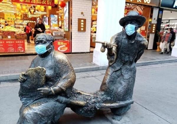 大陸雕像也戴上口罩 網批浪費:人都買不到了!